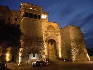 arco etrusco notte